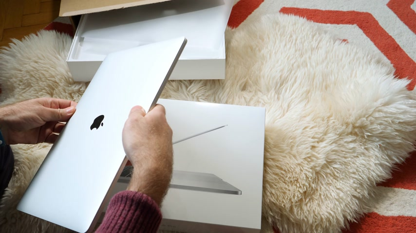 polegada : Paris, France - Circa 2018: Man unboxing Apple MacBook Pro 15 inch with Touch Bar Unboxing and Review - open the display lid Vídeos