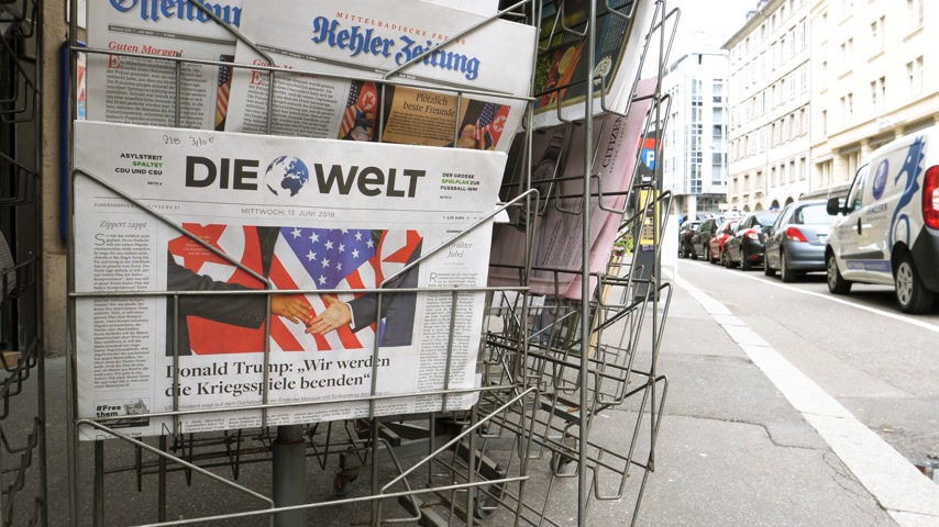 журналистика : PARIS, FRANCE - JUNE 13, 2018: German Die Welt on stand newspaper at press kiosk showing on cover  U.S. President Donald Trump meeting North Korean leader Kim Jong-un in Singapore