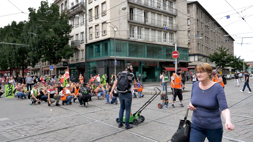 протест : STRASBOURG, FRANCE - JUN 20, 2018: Closed street by SNCF French train worker demonstration strike protest against Macron French government string of reforms Стоковые видеозаписи