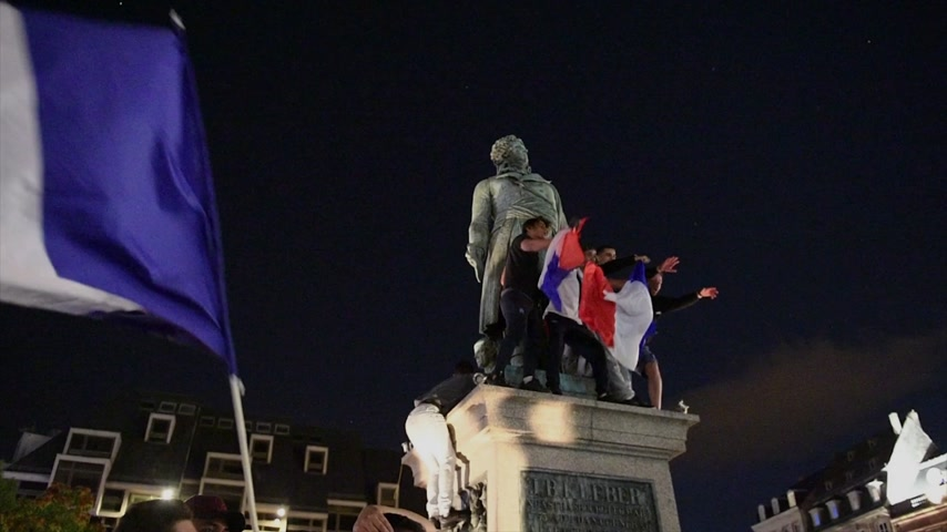 qualification round : STRASBOURG, FRANCE - JULY 10, 2018: Fans on the General Kleber statue after the victory of France qualify for the final of the 2018 FIFA World Cup after their victory over Belgium 1-0 Stock Footage