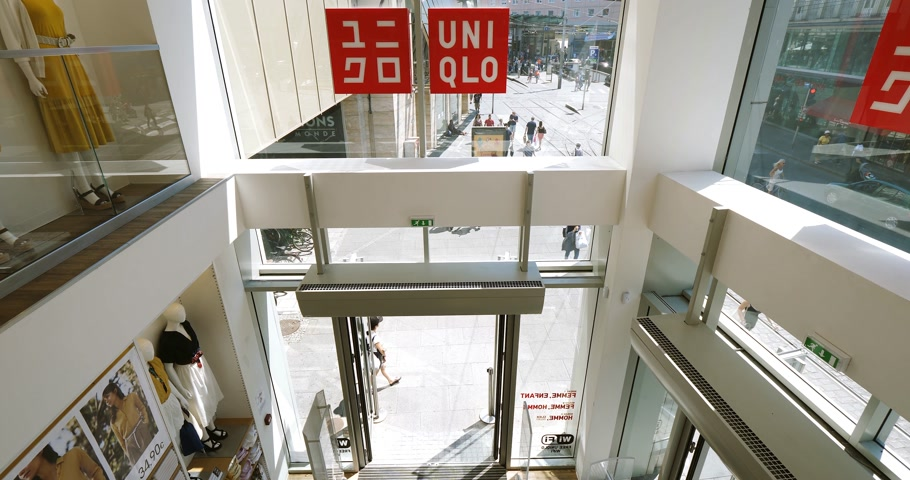 uniqlo : PARIS, FRANCE - JUN 30, 2018: Uniqlo fashion store entrance facade in France with French fashionista people woman entering the store for Japanese fashion and ready-to-wear