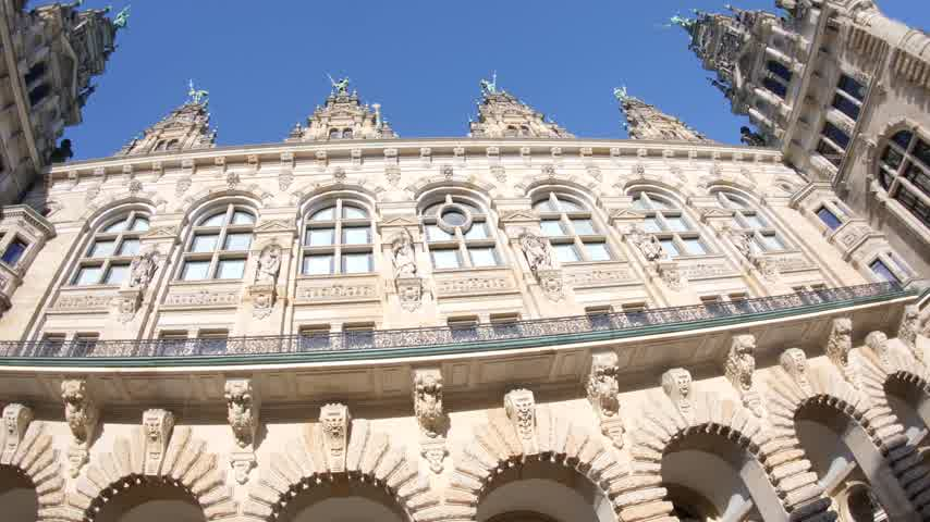 rathaus : Panning over majestic Hamburg City Hall Hamburger Rathaus facade the seat of local government of the Free and Hanseatic City of Hamburg Stock Footage