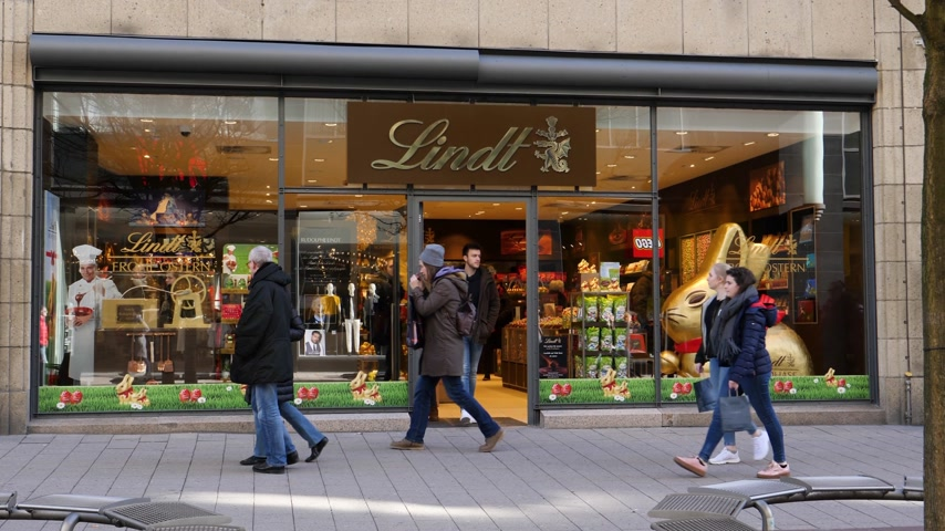 az yağlı : HAMBURG, GERMANY - CIRCA 2018: Lindt & Sprungli chocolate sweets store in central Hamburg on the Spitalerstrasse with people customers entering the sweets food store