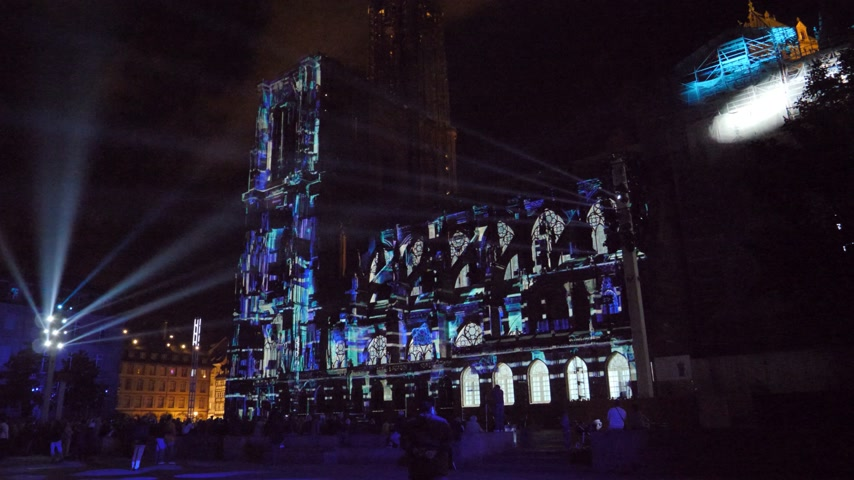 romanesk : STRASBOURG, FRANCE - CIRCA 2018: Strasbourg Notre-Dame Cathedral building projection on the facade mapping light show during annual light show