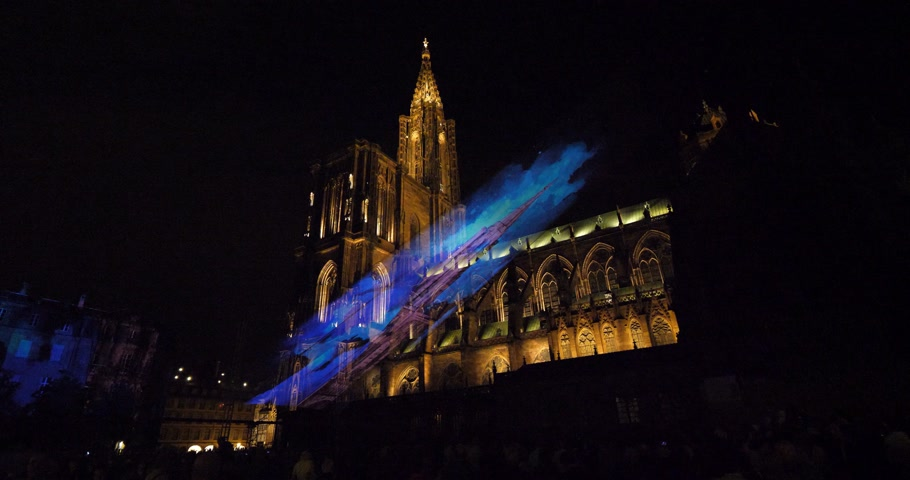 muhteşem : STRASBOURG, FRANCE - AUG 2018: Majestic Laser light show with Notre-Dame de Strasbourg cathedral in the background during summer night with holographic image projected on thin mesh