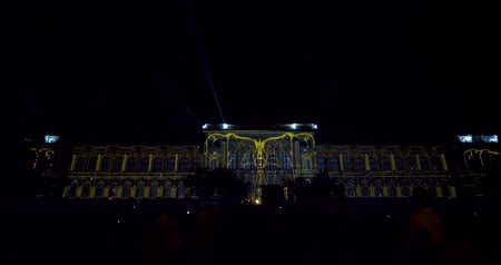 колебание : STRASBOURG, FRANCE - AUG 2018: Laser light show on the main facade of University of Strasbourg - main building during summer night with holographic image projected on the wide Palais Universitaire neo-Renaissance style building wobble time-lapse fast moti Стоковые видеозаписи