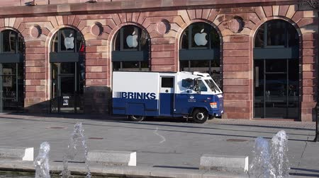 運輸 : STRASBOURG, FRANCE - SEP 12, 2018: Morning street city scene with Brinks armored security truck cash transportation from Apple Store in France