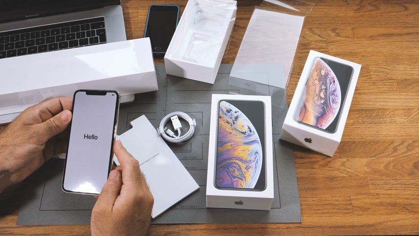 régiók : PARIS, FRANCE - SEPTEMBER 21, 2018: Apple fan boy unboxing latest new Apple iPhone Xs Max and Xs flagship smartphone mobile phone model from Apple Computers select country and region Stock mozgókép