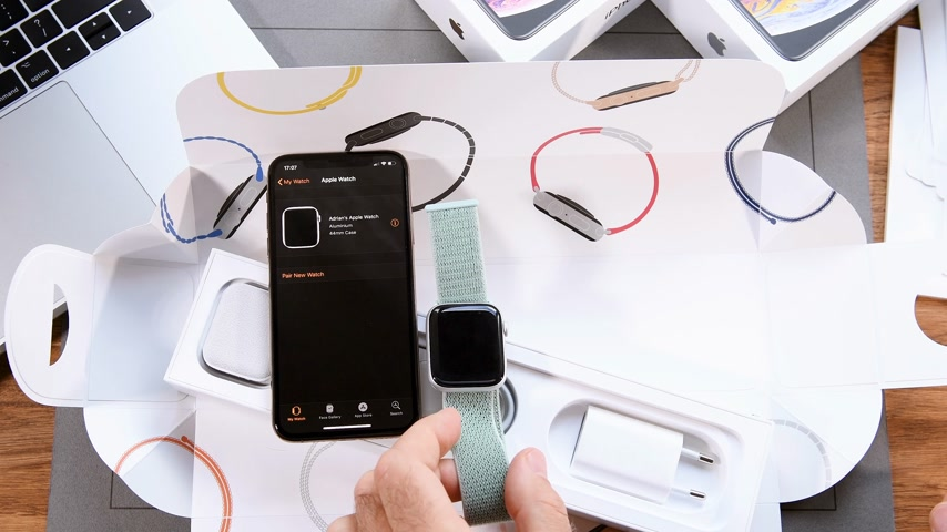 série : PARIS, FRANCE - SEPTEMBER 21, 2018: Apple fan boy unboxing latest new Apple Watch Series 4 GPS LTE Silver Aluminum Case with Seashell Sport Loop wearable smartwatch from Apple Computers first run logo on screen - setting wallet app