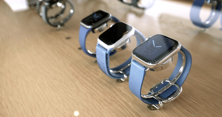 v řadě : STRASBOURG, FRANCE - SEP 21, 2018: Apple Store with side view of new latest Apple Watch Series 4 wearable personal luxury watch with leather and sport loop blue color Dostupné videozáznamy