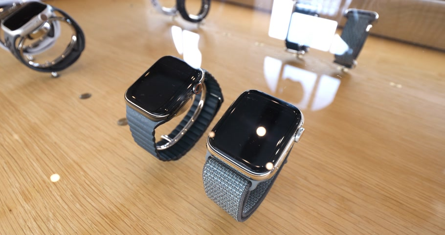 jel : STRASBOURG, FRANCE - SEP 21, 2018: Apple Store with customers people buying admiring the new latest Apple Computers Watch Series 4 wearable sport and Milanese loop Stock mozgókép