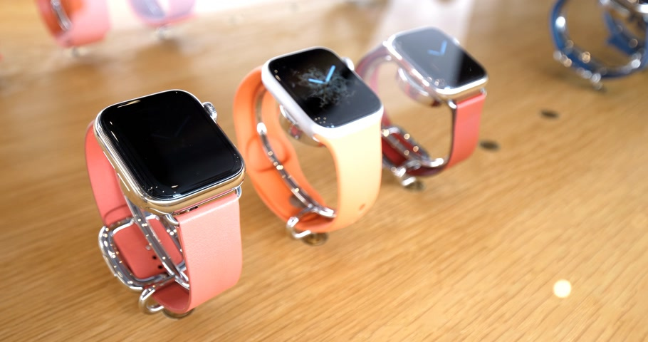 série : STRASBOURG, FRANCE - SEP 21, 2018: Apple Store with side view of new latest Apple Watch Series 4 wearable personal luxury watch with diverse bands in pink trendy color - gold silver aluminum Vídeos