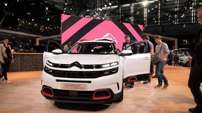 ladestation : PARIS, FRANKREICH - 4. OKTOBER 2018: Kunden, die neugierige Menschen bewundern, die den neuen Luxus-Citroen C5 Aircross SUV auf der Internationalen Automobilausstellung Mondial Paris Motor Show bewundern,