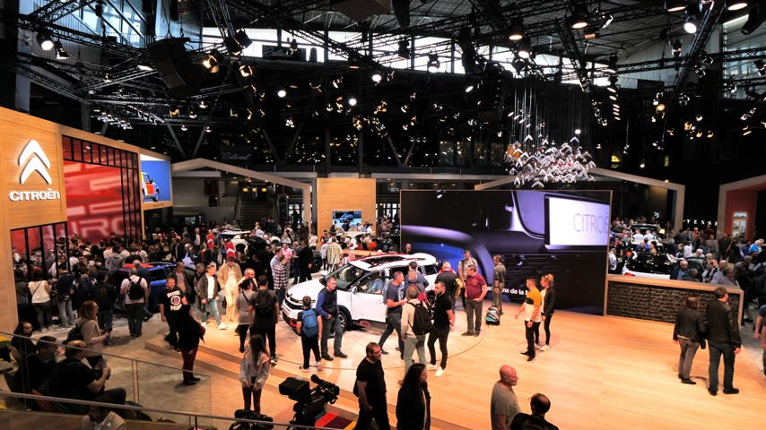 citroen : PARIS, FRANCE - OCT 4, 2018: Elevated view of hundreds of customers curious people admiring new luxury Citroen mini car at International car exhibition Mondial Paris Motor Show Stock Footage