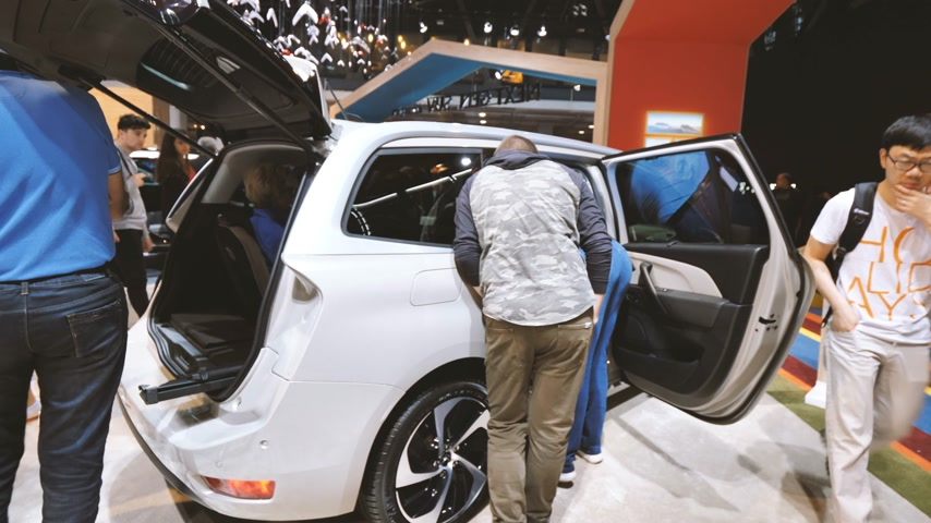 sala de exposição : PARIS, FRANCE - OCT 4, 2018: Customers curious people admiring new French Citroen utility van at International car exhibition Mondial Paris Motor Show Vídeos