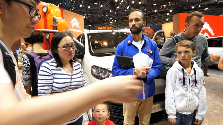 sala de exposição : PARIS, FRANCE - OCT 4, 2018: Chinese family talking with dealer about Citroen Spacetourer van at International car exhibition Mondial Paris Motor Show Vídeos