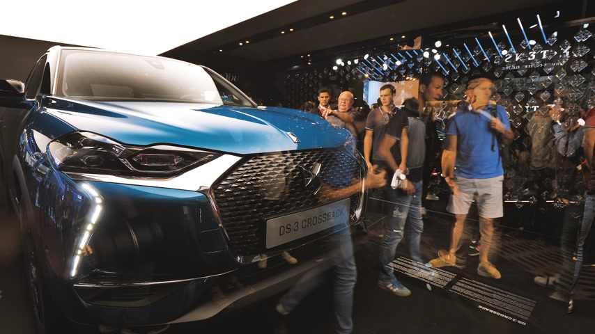 sala de exposição : PARIS, FRANCE - OCT 4, 2018: Crowd of customers curious people admiring new new luxury Citroen SUV DS 3 Crossback at International car exhibition Mondial Paris Motor Show glass refection Stock Footage