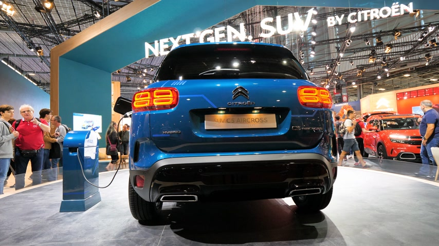 citroen : PARIS, FRANCE - OCT 4, 2018: Customers and curious people admiring the new new electric plug in Citroen SUV c5 Aircross hybrid at International car exhibition Mondial Paris Motor Show, model produced by Peugeot car maker Stock Footage