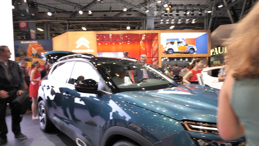 autohaus : PARIS, FRANKREICH - 4. OKTOBER 2018: Kunden, die neugierige Menschen bewundern, die den neuen blauen Luxus-SUV Citroen C5 Aircross auf der Internationalen Automobilausstellung Mondial Paris Motor Show bewundern