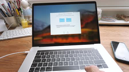 frissítést : PARIS, FRANCE - CIRCA 2018: Installation and configuration setting MacBook Pro 15 by Apple Computers - setting the iCloud settings