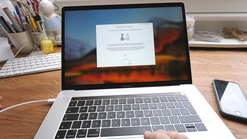 güncelleştirme : PARIS, FRANCE - CIRCA 2018: Installation and configuration setting MacBook Pro 15 by Apple Computers - setting the privacy settings Stok Video