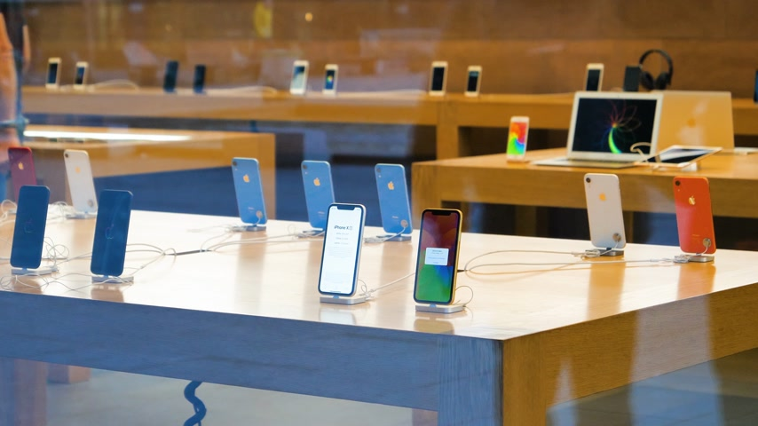 v řadě : STRASBOURG, FRANCE - OCT 26, 2018: Hero object of the latest blue iPhone XR smartphone in Apple Store Computers during the launch day - view from the street to the tables with Apple employee Genius in the background Dostupné videozáznamy