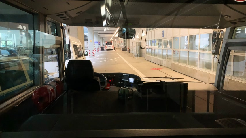 ekspres : FRANKFURT; GERMANY - CIRCA 2018: View from interior of an airport shuttle bus to the Frankfurt International Airport