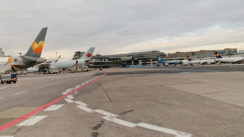 légtér : FRANKFURT; GERMANY - CIRCA 2018: Multiple airlines on tarmac and Airbus A380-841 9V-SKL from Singapore Airlines being loaded and inspected