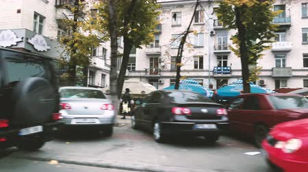 kısrak : CHISINAU, MOLDOVA - NOV 2018: View from the in motion car to shops and stores on Stefan cel Mare boulevard
