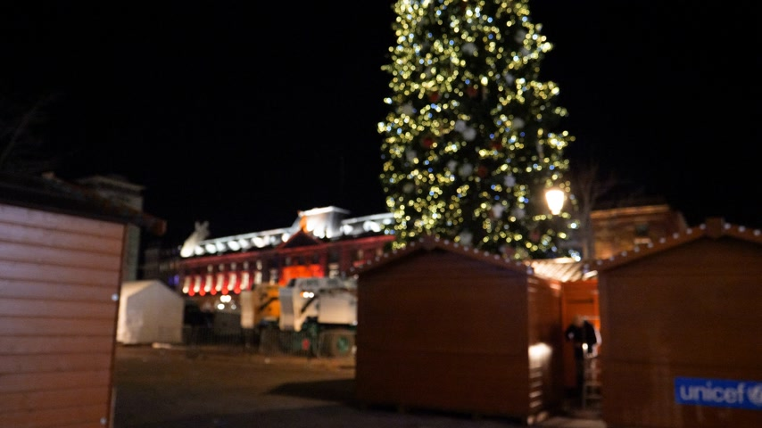 adwent : Defocused view of the Strasbourg Christmas tree in Capital of the winter holiday night view over the Place Kleber, Alsace, France - pan to the top with Christmas Chalets selling wine