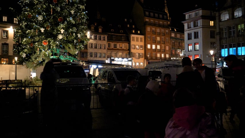 christmas tree with lights : STRASBOURG, FRANCE - CIRCA 2018: Christmas market in Place Kleber with people waiting to see the decorated Christmas fir tree in central Place Kleber in the evening