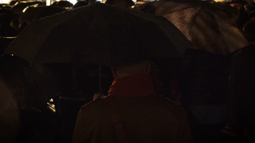 adwent : rear view of people with umbrellas under rain in Strasbourg Christmas Market in France, the oldest in Europe inauguration ceremony in Place Kleber at night Wideo