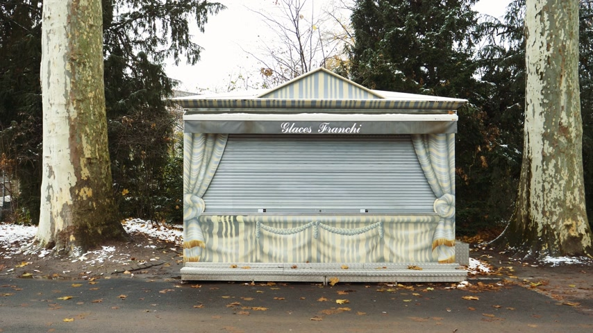 fagylalt : STRASBOURG, FRANCE - CIRCA 2018: Glaces Franchi boutique stall in Parc de LOrangerie in Strasbourg, France on a sad fall day Stock mozgókép