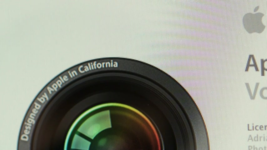 symbol : CALIFORNIA, UNITED STATES - CIRCA 2014: Apple Computers new desktop computer iMac with pan to splash start screen of Apreture Volume License Dostupné videozáznamy