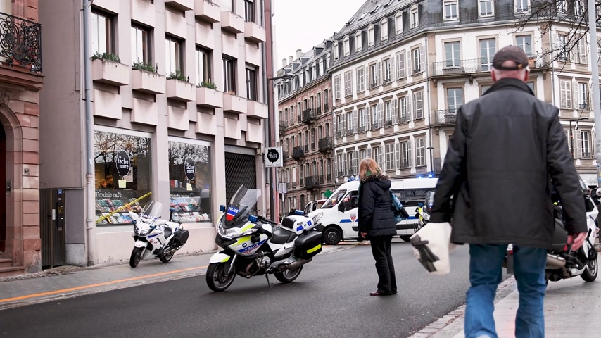 yelek : STRASBOURG, FRANCE - DEC 8, 2018: Police officers securing the zone in front of the Yellow vests movement protesters on Quai des Bateliers street