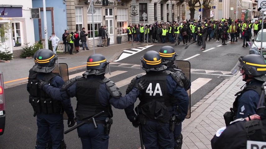 emmanuel macron : STRASBOURG, FRANCE - DEC 8, 2018: Police officers securing the zone in front of the Yellow vests movement protesters on Quai des Bateliers street - overhead view