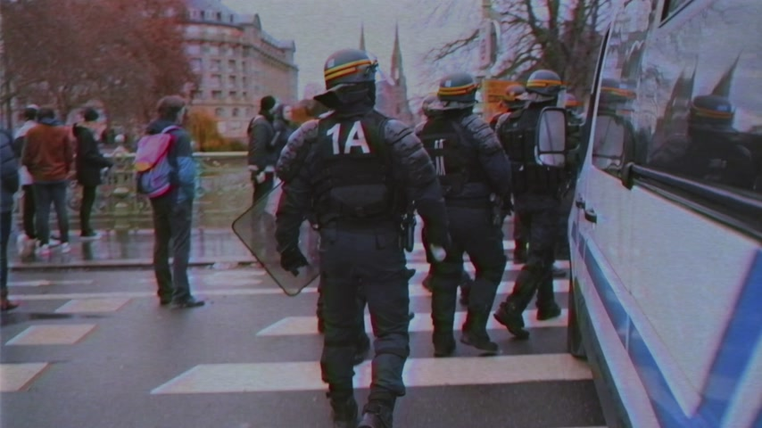 yelek : STRASBOURG, FRANCE - DEC 8, 2018: Handheld VHS effect over Police officers running to secure the zone in front of the Yellow vests movement protesters on Quai des Bateliers street