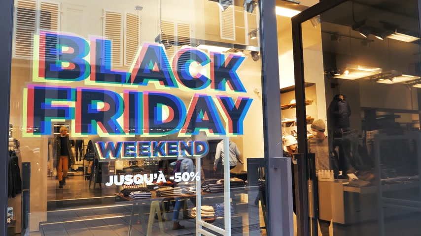 pitka : PARIS, FRANCE - CIRCA 2018: Black Friday weekend sale sign in the showcase store window of a modern shopping facade on a pedestrian street with reflection of customers people Dostupné videozáznamy