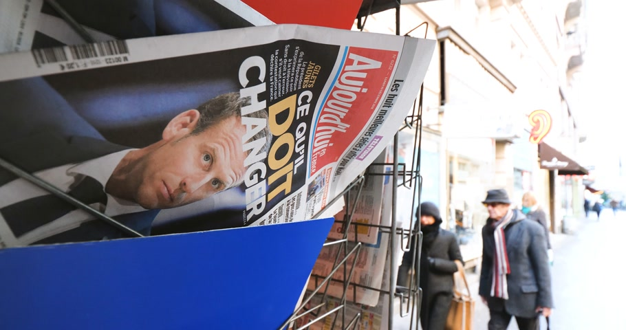 diário : PARIS, FRANCE - DEC 10, 2018: Newspaper stand kiosk stand selling press Aujourdhui Today newspaper featuring Emmanuel Macron on the front page