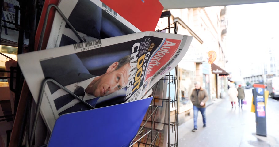 semanal : PARIS, FRANCE - DEC 10, 2018: Newspaper stand kiosk stand selling press Aujourdhui Today newspaper featuring Emmanuel Macron on the front page