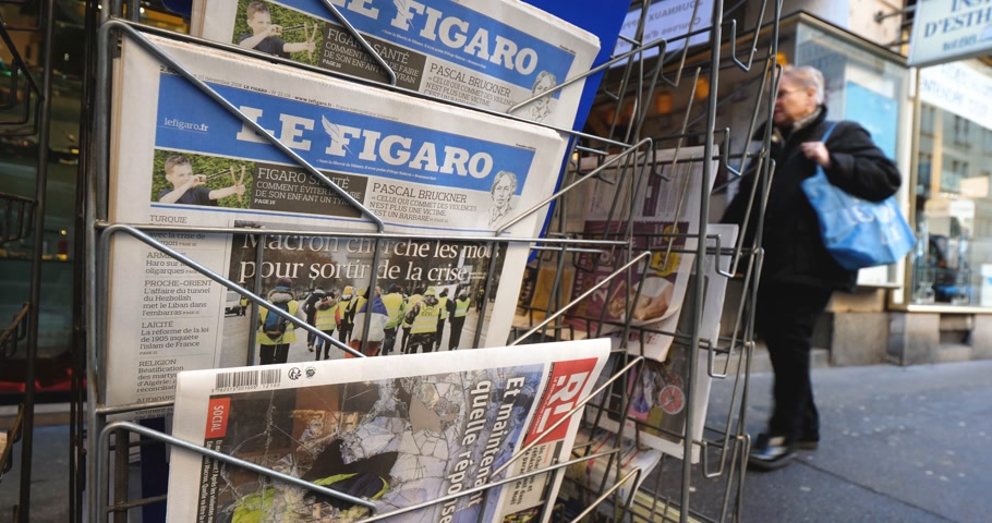 french media : PARIS, FRANCE - DEC 10, 2018: Newspaper stand kiosk stand selling press with multiple French newspapers, lOpinion, Express, Le monde, Le figaro, Monde Economique, Les Echos, La Tribune Stock Footage