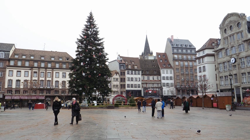 policista : STRASBOURG, FRANCE - DEC 11, 2018: Almost empty Place Kleber with tall Christmas Tree after the terrorist attack in the Strasbourg Christmas market area