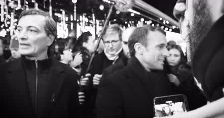 кампания : STRASBOURG, FRANCE - DEC 14, 2018: 4k DCI footage of smiling French President Emmanuel Macron and Roland Ries Mayor of Strasbourg shakes hands with members of a crowd at Christmas Market