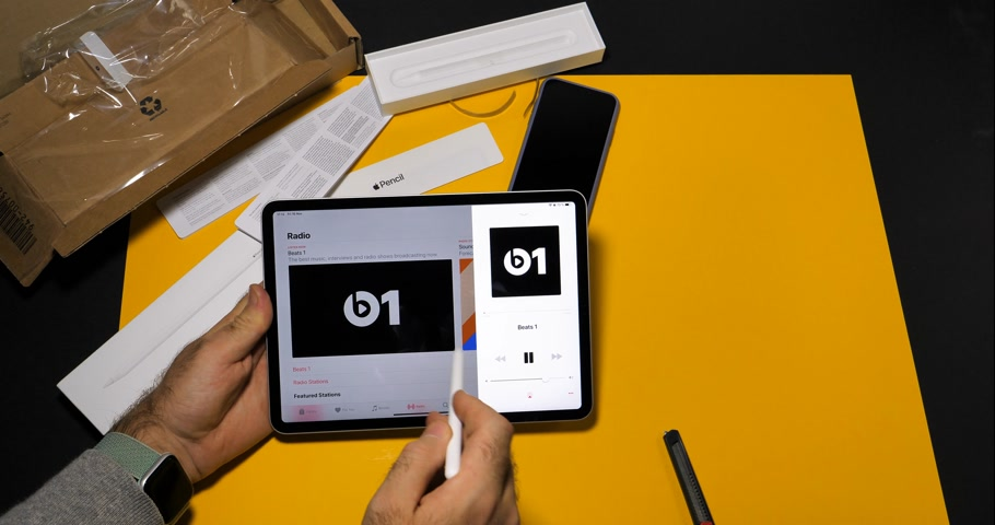 macintosh : PARIS, FRANCE - NOV 16, 2018: Man using latest iPad Pro smart tablet device and Apple Pencil 2 in modern office environment listen to Beats 1 Radio Stock Footage