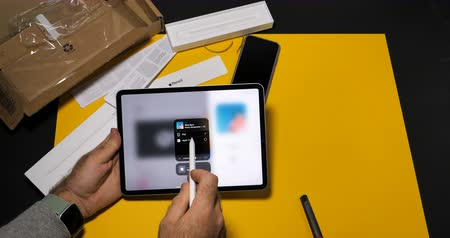 macintosh : PARIS, FRANCE - NOV 16, 2018: Man sending via Airplay from new iPad Pro smart tablet device to Apple TV a song from Apple Music
