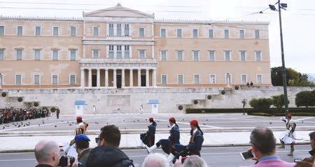 řek : ATHENS, GREECE- CIRCA 2018: Official change of Honor Evzones guard in front of  the Tomb of the Unknown Soldier at the Parliament Building in Syntagma Square, Athens, Greece documentary newsworthy footage