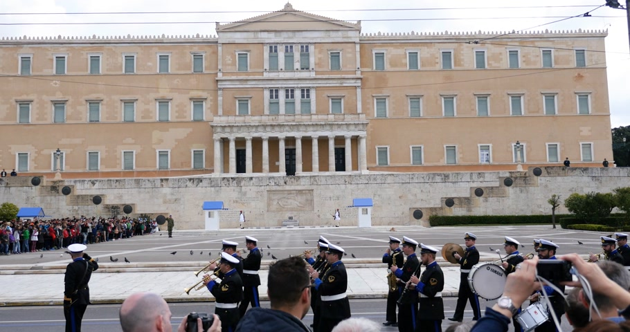 athens : ATHENS, GREECE - CIRCA 2018: documentary newsworthy footage of official change of Honor Evzones guard in front of  the Tomb of the Unknown Soldier at the Parliament Building in Syntagma Square, Athens, Greece Stock Footage