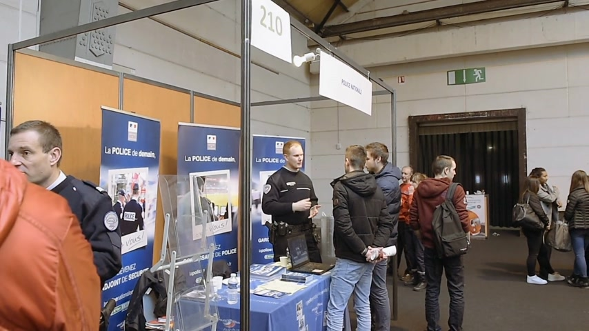 годовой : STRASBOURG, FRANCE - CIRCA 2018: Children and teens of all ages attending annual Education Fair to choose career path and receive vocational counseling - French police stand explanation Стоковые видеозаписи