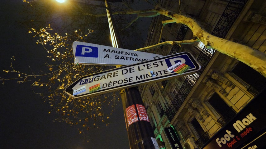 бульвар : PARIS, FRANCE - CIRCA 2019: Parisian street sign with multiple stickers Boulevard Magenta Parking, Gare de este, depose minute Стоковые видеозаписи