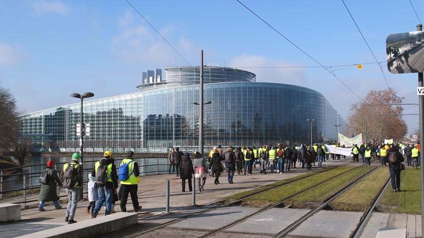 sobota : STRASBOURG, FRANCE - FEB 02, 2018: People demonstrating with placards walking toward European Parliament during protest of Gilets Jaunes Yellow Vest manifestation anti-government demonstrations Dostupné videozáznamy